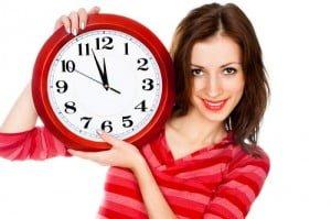 γυναίκα με ρολόι