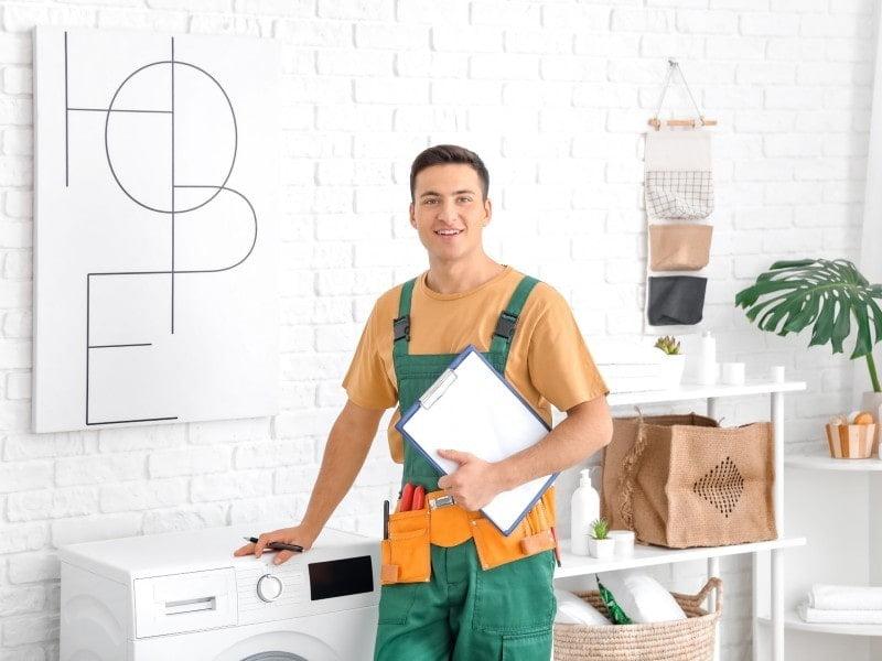Άντρας με στολή δίπλα σε πλυντήριο ρούχων
